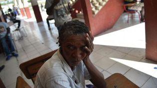 Des victimes de l'ouragan Matthew dans les couloirs du Lycée Jean Claudy Museau (Les Cayes), dans le sud-est d'Haïti, le 16 novembre 2016. Un établissement prévu pour accueillir les opérations de vote de la présidentielle. (HECTOR RETAMAL / AFP)