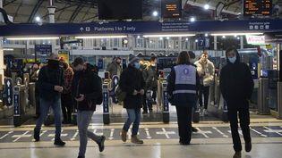 L'une des grandes gares de la capitale du Royaume-Uni, lagare de Londres-Victoria ce 21 décembre. (NIKLAS HALLE'N / AFP)