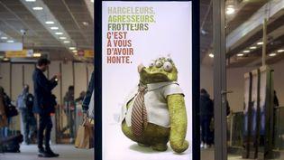 Une affiche contre le harcèlement sexuel dans le métro, station Jean Jaurès, à Toulouse (Haute-Garonne), le 6 mars 2018. (MAXPPP)