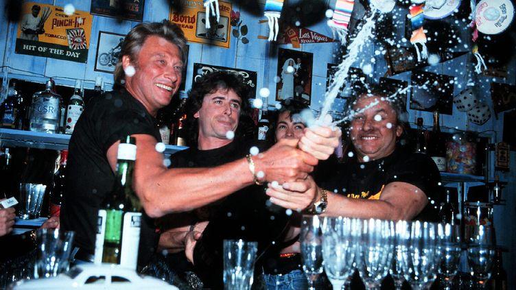 """Johnny Hallyday en juin 1991, lors de l'inauguration du """"Backstage Café"""" sur le port de Saint-Tropez. (FRANZ CHAVAROCHE / MAXPPP)"""