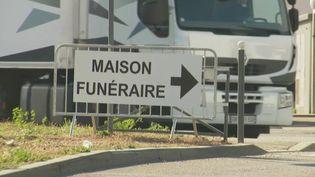 Dans ce contexte de crise, les pompes funèbres font face à une situation inédite et au manque de place. Beaucoup sont débordées, à tel point qu'un entrepôt du marché international de Rungis (Val-de-Marne)a été transformé en funérarium. (France 2)