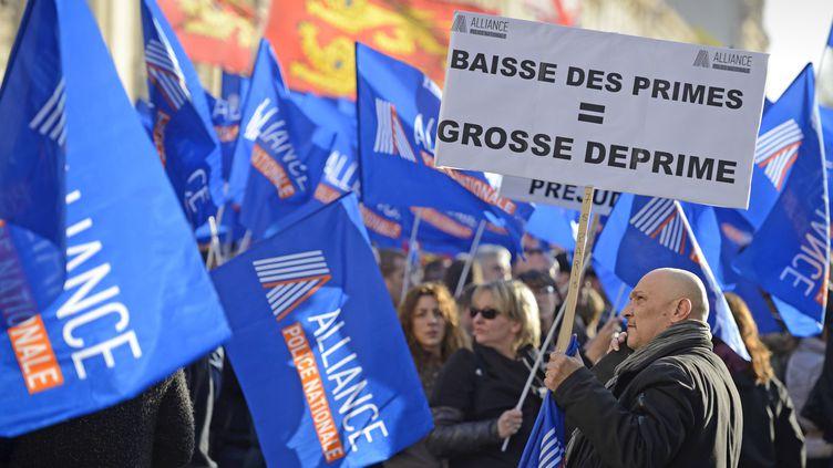 Les policiers en civil rassemblés le 13 novembre 2013 sur la place des Invalides, non loin de l'Assemblée nationale, à Paris. (ERIC FEFERBERG / AFP)