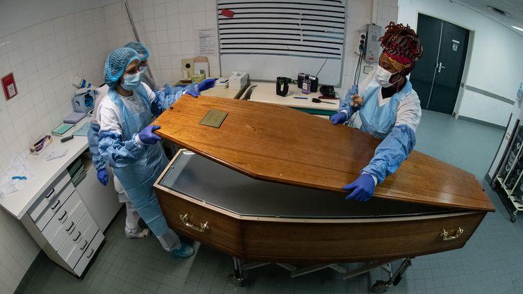 Des équipes médicales à Paris, le 29 janvier 2021. (JOEL SAGET / AFP)