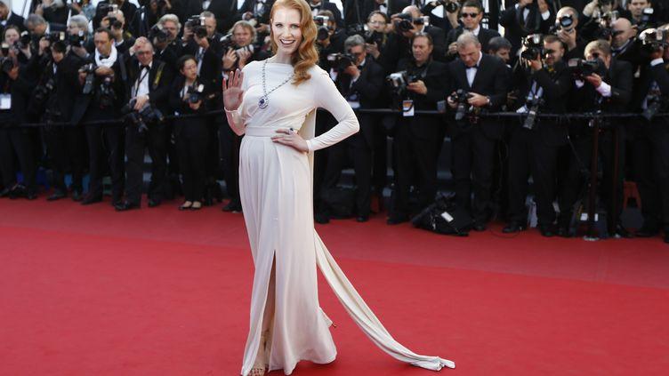 """L'actrice américaine Jessica Chastain sur le tapis rouge du festival de Cannes porte des bijoux d'une marque partenaire du film """"Cléopâtre"""", présenté dans la sélection """"Cannes Classics"""", le 21 mai 2013. (VALERY HACHE / AFP)"""