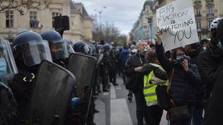 """Lors de la manifestation contre la projet de loi """"sécurité globale"""" à Paris le 5 décembre. (VICTOR VASSEUR / RADIOFRANCE)"""