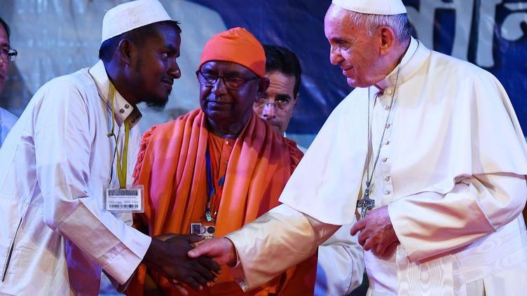 Le pape François rencontre un réfugié rohingya àDacca(Bangladesh) le 1er décembre 2017. (VINCENZO PINTO / AFP)