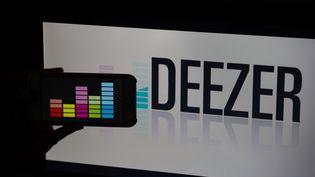 Le logo de l'application Deezer, parmi les plus importantes plateformes du streaming musical mondial. Le leader reste le Suédois Spotify, avec 83 millions d'utilisateurs. (ALEXANDER POHL / NURPHOTO)