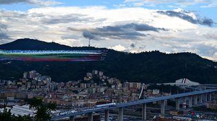 Des avions de la patrouille acrobatique de l'armée de l'air italienne, lundi 3 août 2020, lors de l'inauguration du nouveau pont de Gênes (Italie). (MIGUEL MEDINA / AFP)
