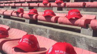 """Capture d'écran de la photo postée sur Twitter par le club de rugby de Biarritz, où l'on voit des casquettes destinées aux journalistes de """"Sud-Ouest"""" avec ce message : """"Rendons le journalisme de nouveau honnête"""". (BIARRITZ OLYMPIQUE / TWITTER)"""