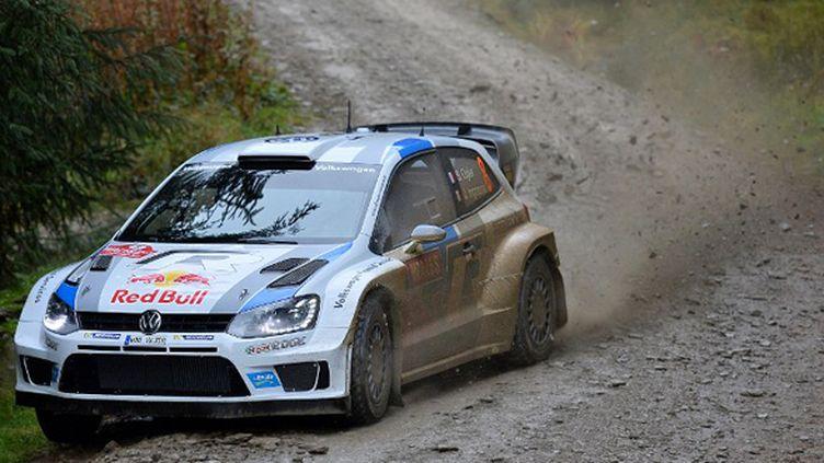 Sébastien Ogier (Volkswagen) sur la boue galloise (BEN STANSALL / AFP)