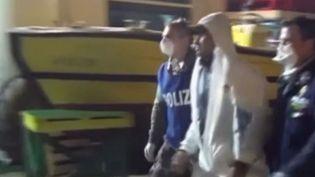 Un passeur de migrants, encadré par deux policiers italiens, arrêtés au large de la Sicile, le 17 avril 2015. ( FRANCE 2)