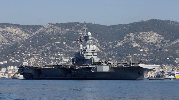 (Le porte-avions Charles-de-Gaulle quitte la rade de Toulon. © Reuters)