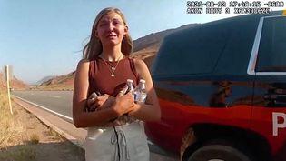 Gabrielle Petito s'entretient avec un officier de police de Moab, dans l'Etat de l'Utah (Etats-Unis), le 12 août 2021, après une altercation avec son compagnon Brian Laundrie. (EYEPRESS NEWS / AFP)