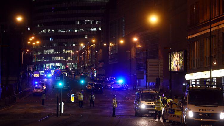 Des policiers près des lieux de l'attentatà la salle de concert Manchester Arena, le 23 mai 2017 à Manchester (Royaume-Uni). (PAUL ELLIS / AFP)