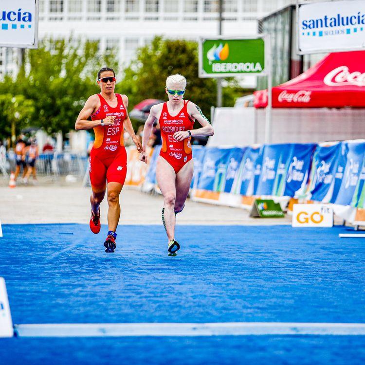 La triathlète espagnole Susana RodriguezGacio passe la ligne d'arrivée des championnats du monde à La Corogne (Espagne), le 20 juin 2021. (JCD FOTOGRAFIA / COMITE PARALYMPIQUE ESPAGNOL)