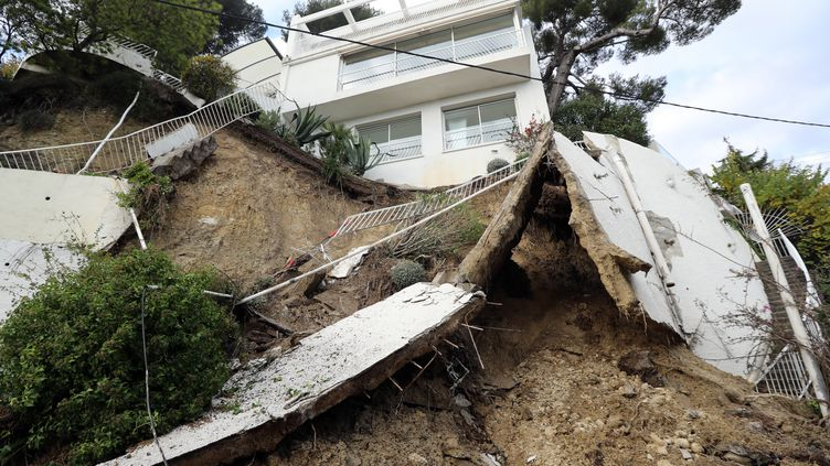 Une maison détruite après les violentes intempéries, le 25 novembre 2019 à Nice (Alpes-Maritimes). (VALERY HACHE / AFP)