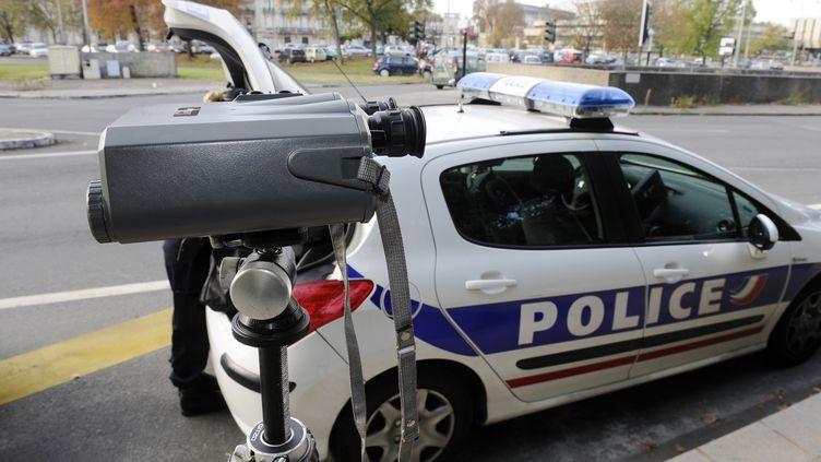 Un radar, est posé un trottoir, pour contrôler les vitesses excessives, sur les quais de Bordeaux, le 29 octobre 2011. (JEAN-PIERRE MULLER / AFP)