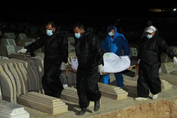 Enterrement au cimetière de Sfax des corps d'immigrants africains, morts noyés et rejetés par la mer après le naufrage de leur bateau devant l'île de Kerkennah, le 11 juin 2020. (HOUSSEM ZOUARI / AFP)