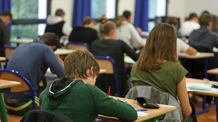 """Le report des épreuves du brevet sera """"compliqué pour les familles"""", mais """"mieux pour les élèves"""" d'après la PEEP (photo d'illustration). (FRANCOIS DESTOC / MAXPPP)"""