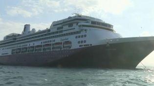 Àcause de cas suspects de coronavirus Covid-19, un bateau de croisière est bloqué au large du Panama, samedi 28 mars, avec à son bord une centaine de Français qui appellent à l'aide. (FRANCE 2)