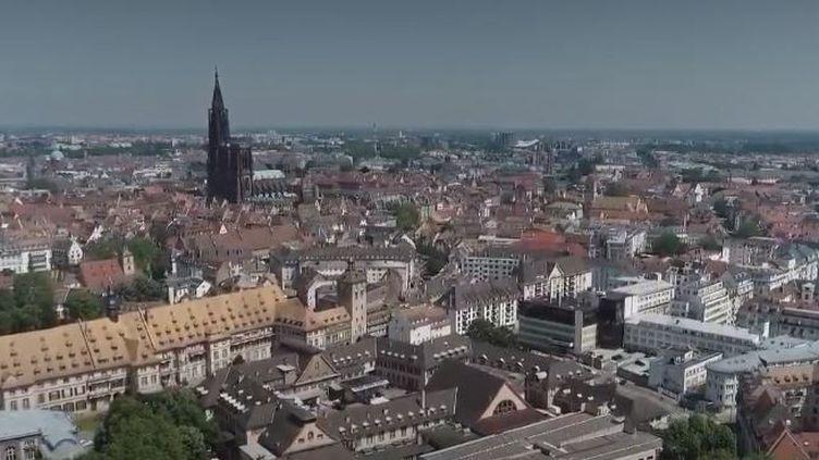 Alors que la cathédrale de Nantes a été incendiée, près d'un an après le feu de celle de Notre-Dame de Paris, France 2 vous explique comment sont sécurisés ces sites qui ont traversé les époques. Reportage à Strasbourg. (FRANCE 2)