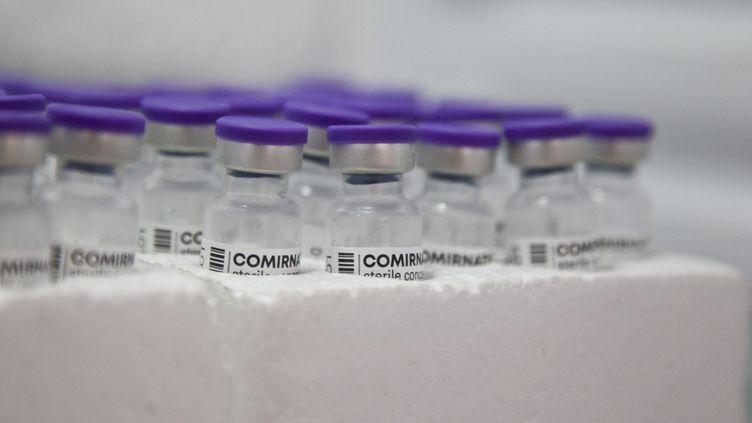 Des doses de vaccin des laboratoires Pfizer-BioNTech dans un centre de vaccination à Briançon (Hautes-Alpes), le 10 août 2021. (THIBAUT DURAND / HANS LUCAS / AFP)