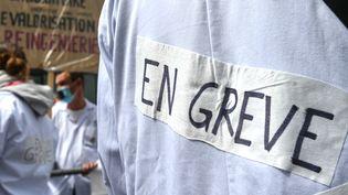 Des techniciens de laboratoire en grève manifestent le 18 mai 2021 devant l'hôpital de Lille, dans le nord de la France. (DENIS CHARLET / AFP)