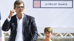 L'ancien ministre de l'Economie Arnaud Montebourg annonce sa candidature à la présidentielle de 2017, à la Fête de la rose de Frangy-en-Bresse (Saône-et-Loire), le 21 août 2016. (PHILIPPE DESMAZES / AFP)