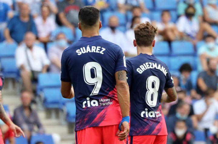 Luis Suarez et Antoine Griezmann, qui ont déjà évolué ensemble lors de la saison 2019/2020 au FC Barcelone, le 12 septembre 2021 lors de la rencontre entreleRCD Espanyol et l'Atlético de Madrid. (JOAN VALLS/URBANANDSPORT / NURPHOTO / AFP)