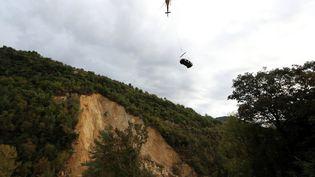 L'héliportage d'un véhicule à Sospel (Alpes-Maritimes), le 17 octobre 2018. (VALERY HACHE / AFP)