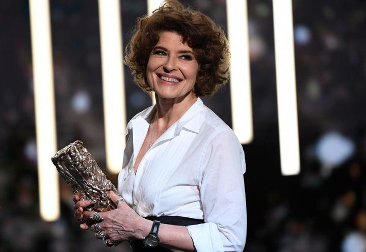 """L'actrice Fanny Ardant reçoit le César du meilleur second rôle pour """"La Belle époque"""" de Nicolas Bedos. (BERTRAND GUAY / AFP)"""