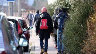 Migrants dans les rues de Calais en janvier 2017. (JEAN-PIERRE BRUNET / MAXPPP)