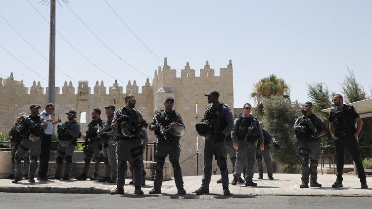 Les forces de l'ordreisraéliennes surveillent un desaccès à la vieille ville de Jérusalem, le 14 juillet 2017. (THOMAS COEX / AFP)