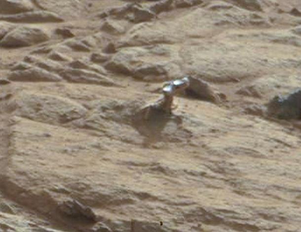 Zoom d'une photo prise par le robot Curiosity et publiée par la Nasa, le 30 janvier 2013. (NASA / FLICKR.COM/2DI7 & TITANIO44)
