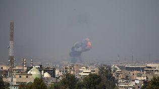 Une explosion à Mossoul, le 7 avril 2017. (Photo d'illustration) (AHMAD GHARABLI / AFP)