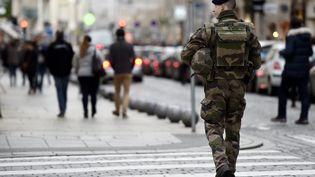 Un militaire de l'opération Sentinelle, à Nancy (Meurthe-et-Moselle), le 24 décembre 2016. (MAXPPP)