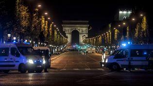 Les Champs-Elysées à Paris, peu après l'attentat survenu à trois jours du premier tour de l'élection présidentielle, jeudi 20 avril 2017. (JULIEN PITINOME / NURPHOTO / AFP)