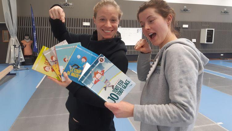 """L'escrimeuse Astrid Guyart (à gauche), aux côtés de Cécilia Berder, à l'occasion de la sortie de son 5ème livre jeunesse """"JO, tout feu, tout glace"""". (FABRICE RIGOBERT / RADIO FRANCE)"""