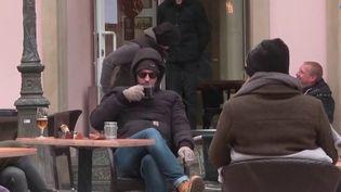 Les Luxembourgeois ont retrouvé, mercredi 7 avril, le plaisir des verres et plats en terrasse. Le protocole sanitaire reste strict, une contrepartie nécessaire pour pouvoir renouer avec la normalité, après plus de quatre mois de fermeture. (France 3)