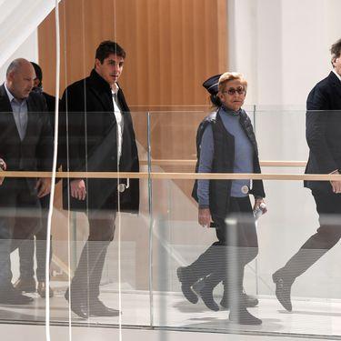 Isabelle Balkany arrive au palais de jusitce de Paris avec son avocat Pierre-Olivier Sur (à droite) et son fils Alexandre (à gauche), le 18 octobre 2019. (MARTIN BUREAU / AFP)