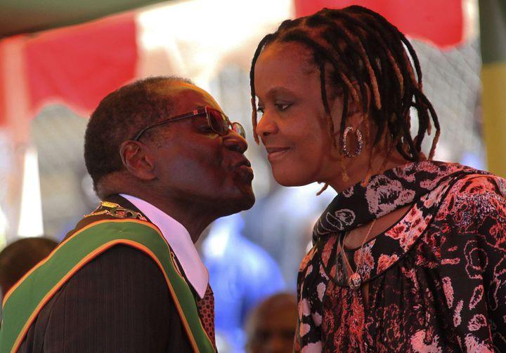 Robert Mugabe embrasse Grace, son épouse, lors des célébrations du 33e anniversaire de l'indépendance du pays à Harare le 18 avril 2013. (TSVANGIRAYI MUKWAZHI/AP/SIPA / AP)