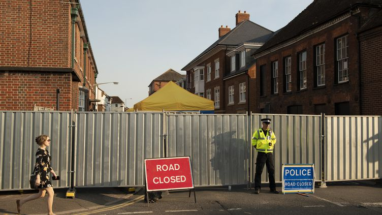 Un policier barre l'accès, le 5 juillet 2018, à une rue près de la maison de Dawn Surgess, morte huit jours après avoir été hospitalisée pour contamination au Novitchok, à Salisbury (Royaume-Uni). (JUSTIN GRIFFITHS-WILLIAMS / SPUTNIK / AFP)