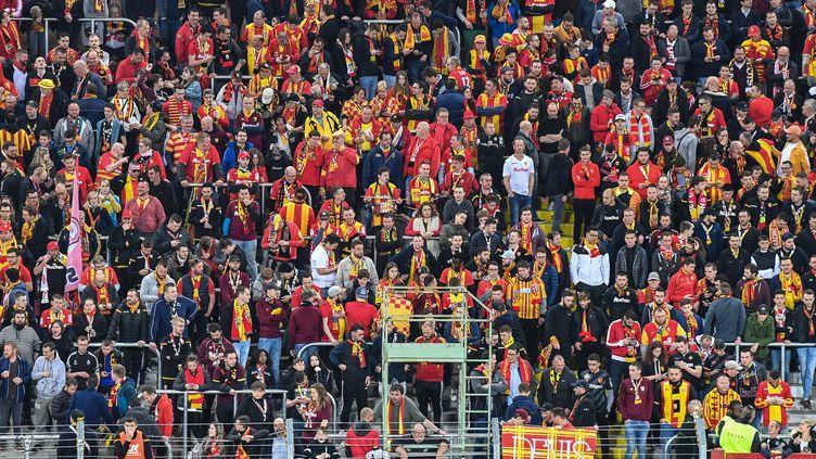 Des supporters du RC Lens, le 1er avril 2019 au stade Bollaert (Pas-de-Calais). (DENIS CHARLET / AFP)