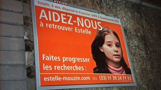 Une affiche montrant le visage d'Estelle Mouzin, affichée le 15 mars 2003 à Paris, peu après la disparition d'Estelle. (CBA / AFP)