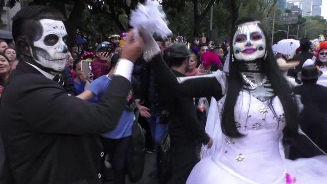 """Fête des morts : les """"Catrinas"""" s'emparent des rues de Mexico"""