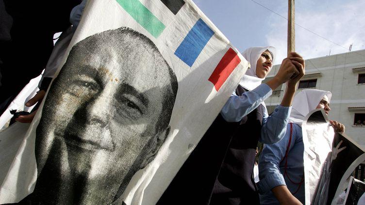 Des jeunes filles, élèves du lycée français de Gaza, participent le 7 novembre 2004 à un rassemblement dans le territoire occupé pour remercier Jacques Chirac et le gouvernement français alors que Yasser Arafat est hospitalisé à l'hôpital militaire de Percy à Clamart, près de Paris. Le président palestinien est décédé quatre jours plus tard. (CRIS BOURONCLE / AFP)