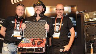 Lemmy de Motörhead (au centre) présente les Motörheadphones le 8 janvier 2013 à Las Vegas.  (Rex Features/REX/SIPA)
