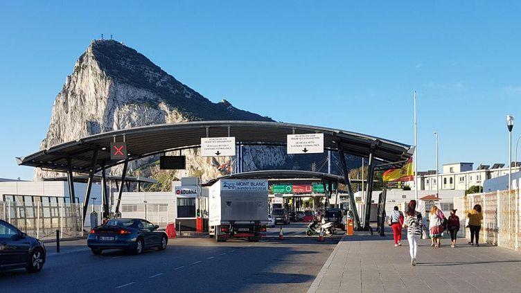 Chaque jour, quelque 14 000 personnes traversent la frontière entre l'Espagne et Gibraltar pour aller travailler (AUDREY TISON / RADIO FRANCE)