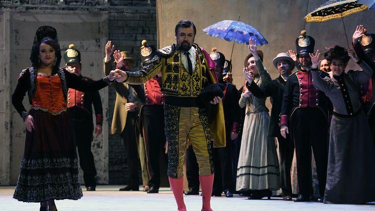 Clémentine Margaine (à gauche) et Dimitri Ivashchenko (au centre) interprètent l'opéra Carmen de Georges Bizet à l'Opéra de Toulouse (Haute-Garonne), le 3 avril 2018. (PASCAL PAVANI / AFP)