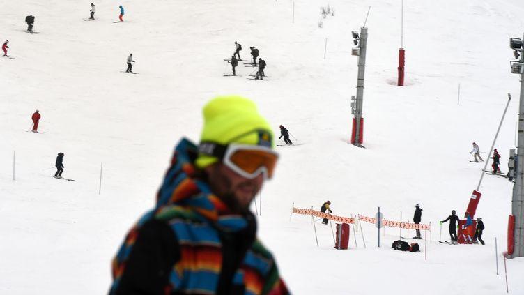 Des skieurs sur les pistes de la station des Deux-Alpes (Isère), jeudi 14 janvier 2016, au lendemain de l'avalanchequi a coûté la vie à deux lycéens lyonnais. (PHILIPPE DESMAZES / AFP)